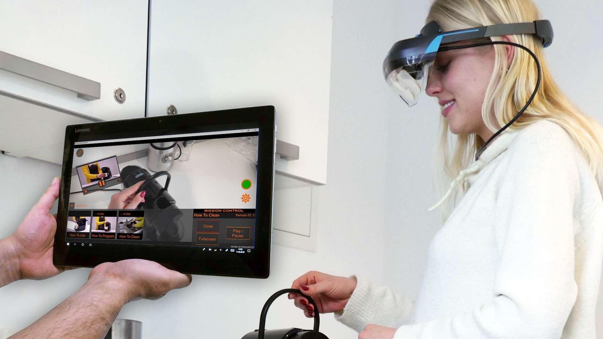 Eine Frau trägt eine AR-Brille und bedient eine Maschine, im linken Teil des Bildes halten zwei Hände ein Tablet auf der eine AR-Lösung zu sehen ist
