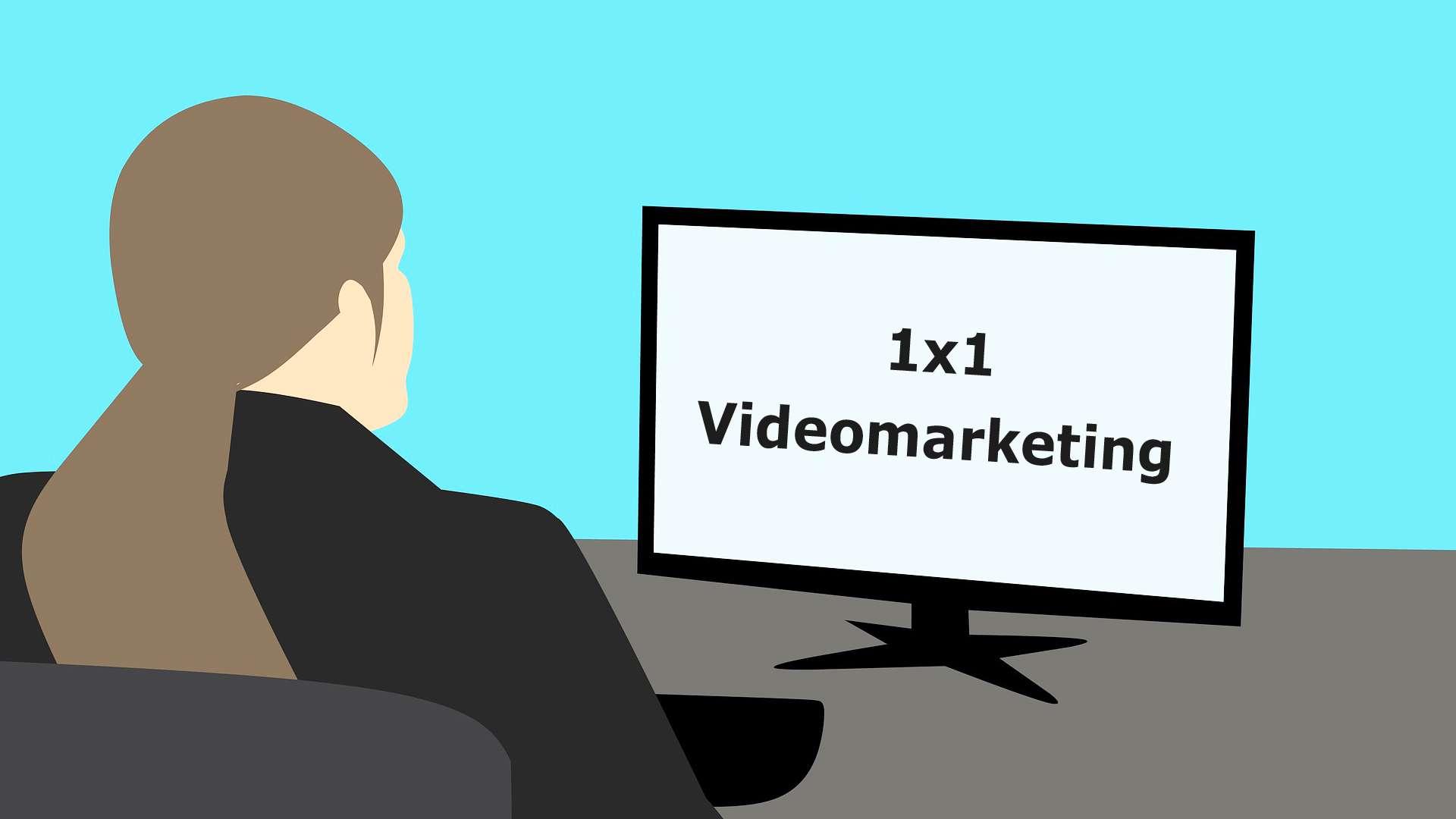 Eine animierte Frau sitzt an einem Computer auf dem 1x1 Videomarketing steht