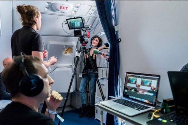 Das Teil des Teams von vsonix macht einen Livestream in einem Flugzeug