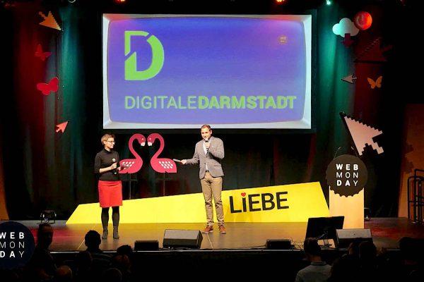 Zwei Moderatoren auf der Bühne des Webmontags in Darmstadt