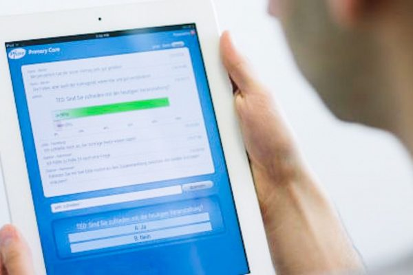 eine Person schaut sich etwas auf einem iPad an