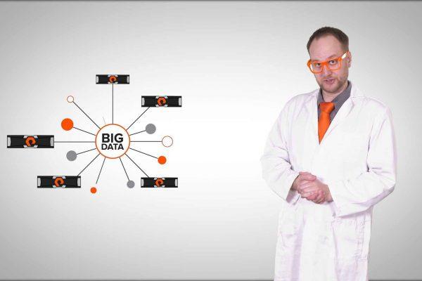 Eine Mann mit orangefarbener Brille und Krawatte in einem Labor-Mantel erklärt eine Mind-Map über das Thema Big Data