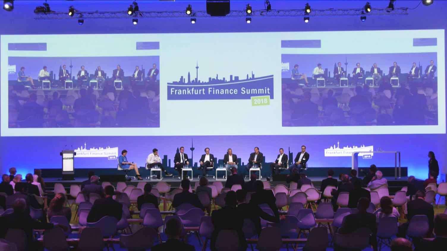 Ein Panel von einer Gruppe von acht Menschen auf dem Frankfurt Finance Summit 2018