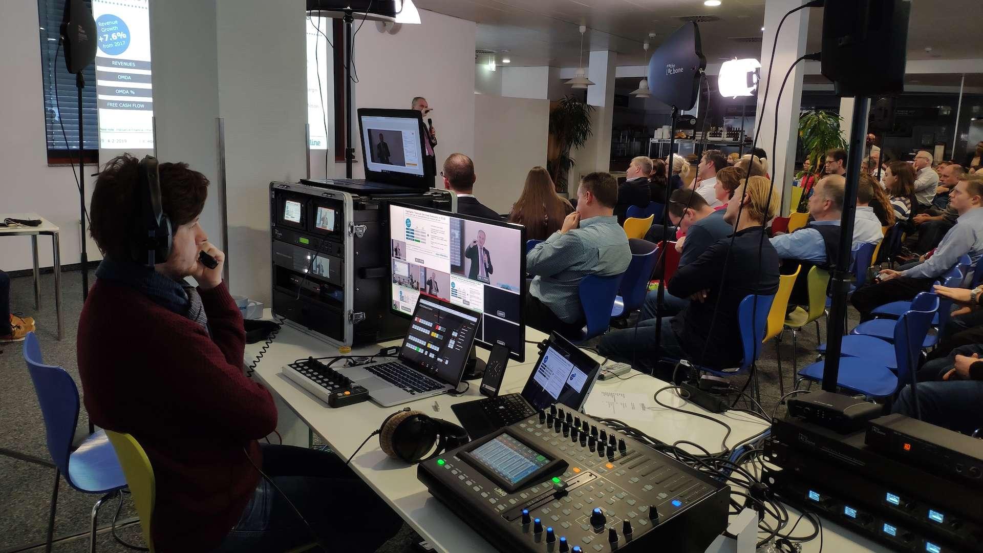 Ein vsonix Mitarbeiter führt bei einem Livestream eines Vortrages Regie