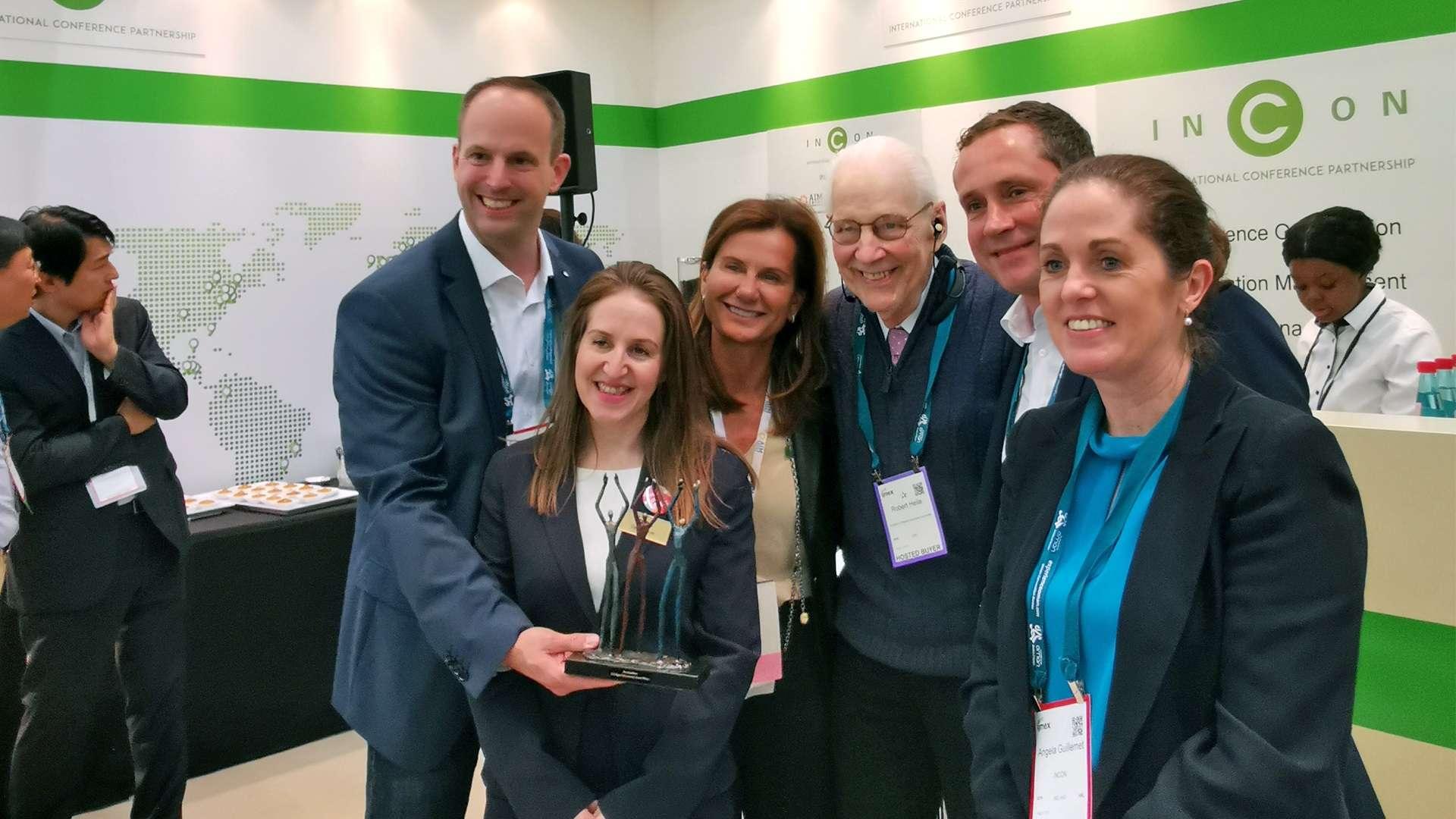 Sechs Menschen posieren nach der Preisübergabe des INCON Digital Infrastructure Award 2019 für ein Foto