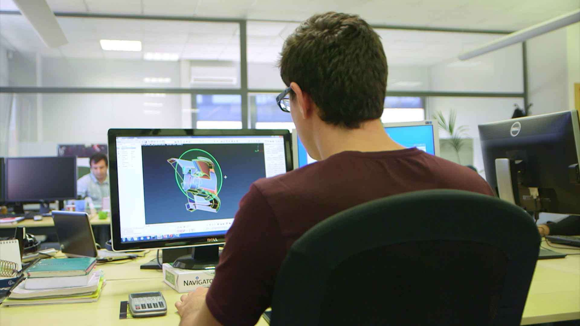 Ein Mann arbeitet in einem Büro an seinem Computer