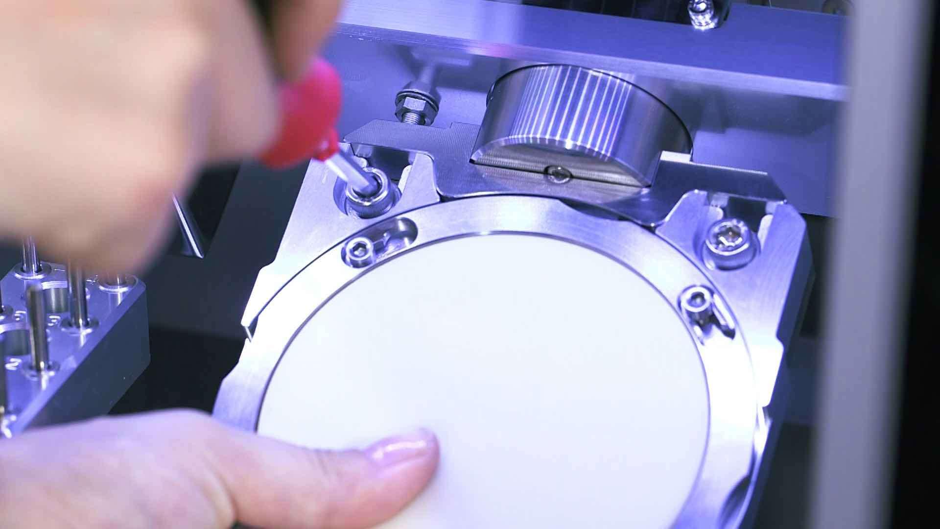Eingespanntes Werkstück in einer Fräsmaschine von DATRON