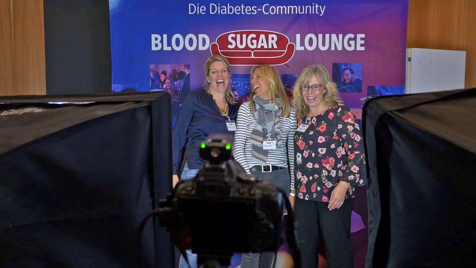 Drei lachende Frauen machen ein Foto auf einem Diabetes-Event