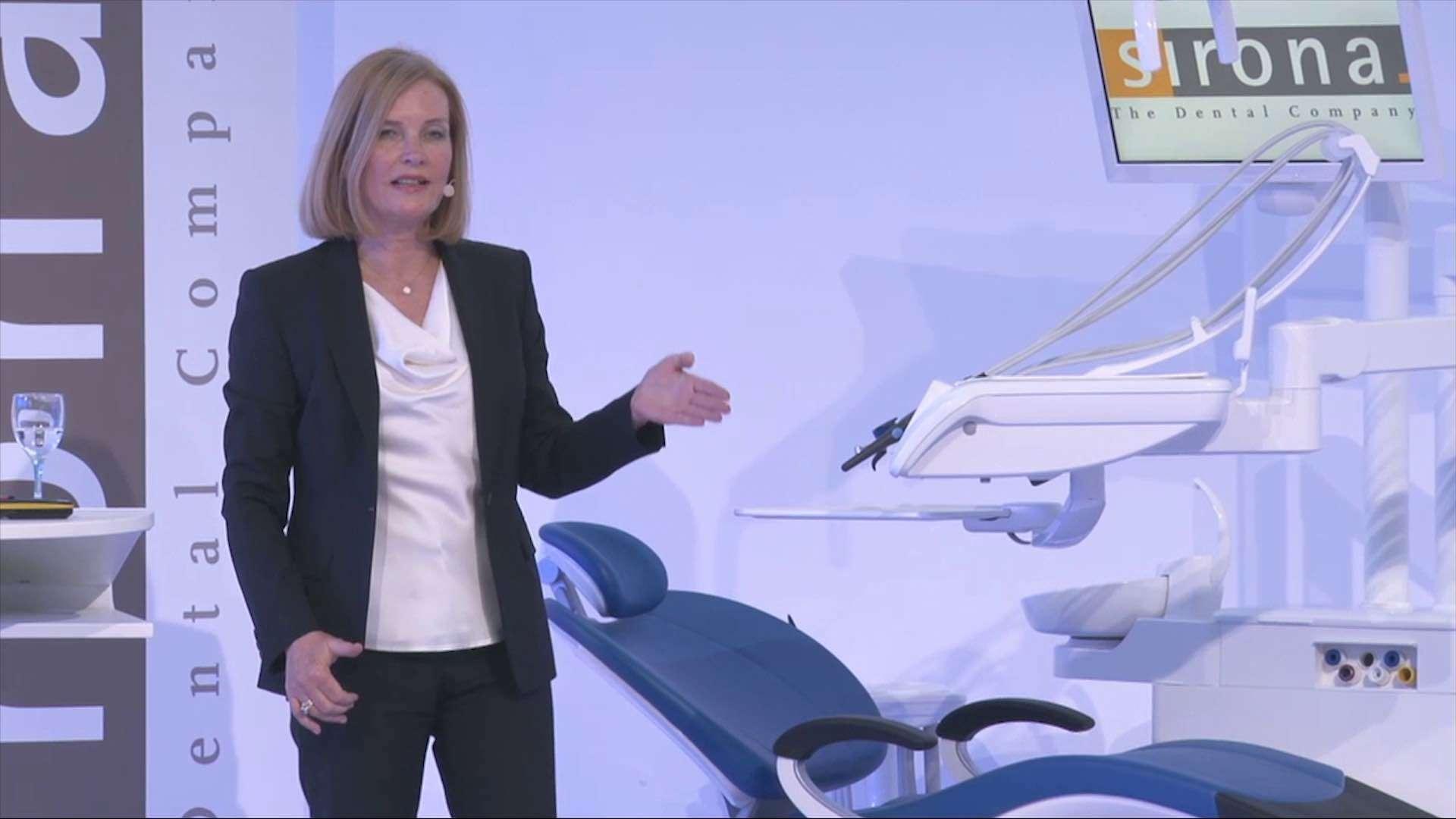 Eine Frau hält einen Vortrag über ein Gerät der The Dental Company