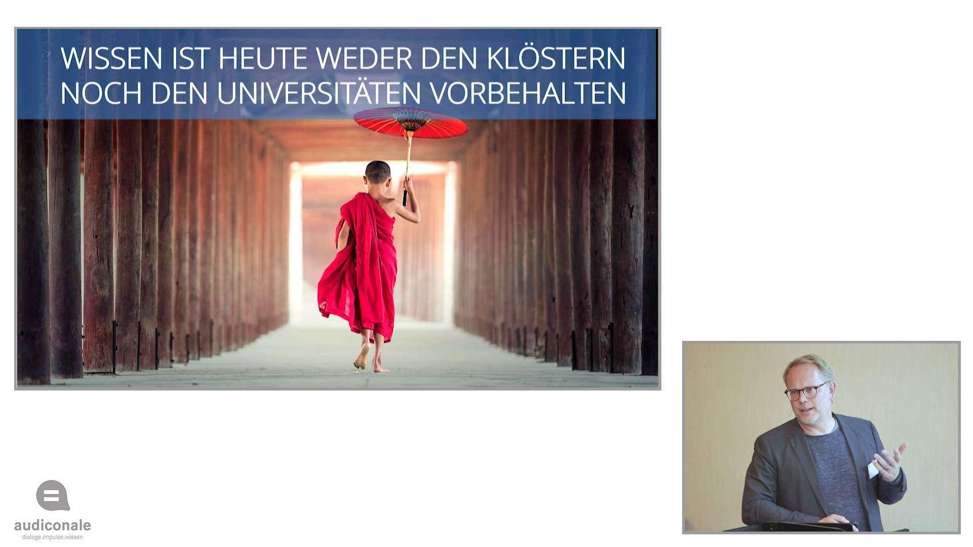 Auf dem ersten Bild läuft ein junger Mönch mit einem Sonnenschirm durch eine Holzbrücke und auf dem zweiten Bild hält ein Mann im Anzug einen Vortrag