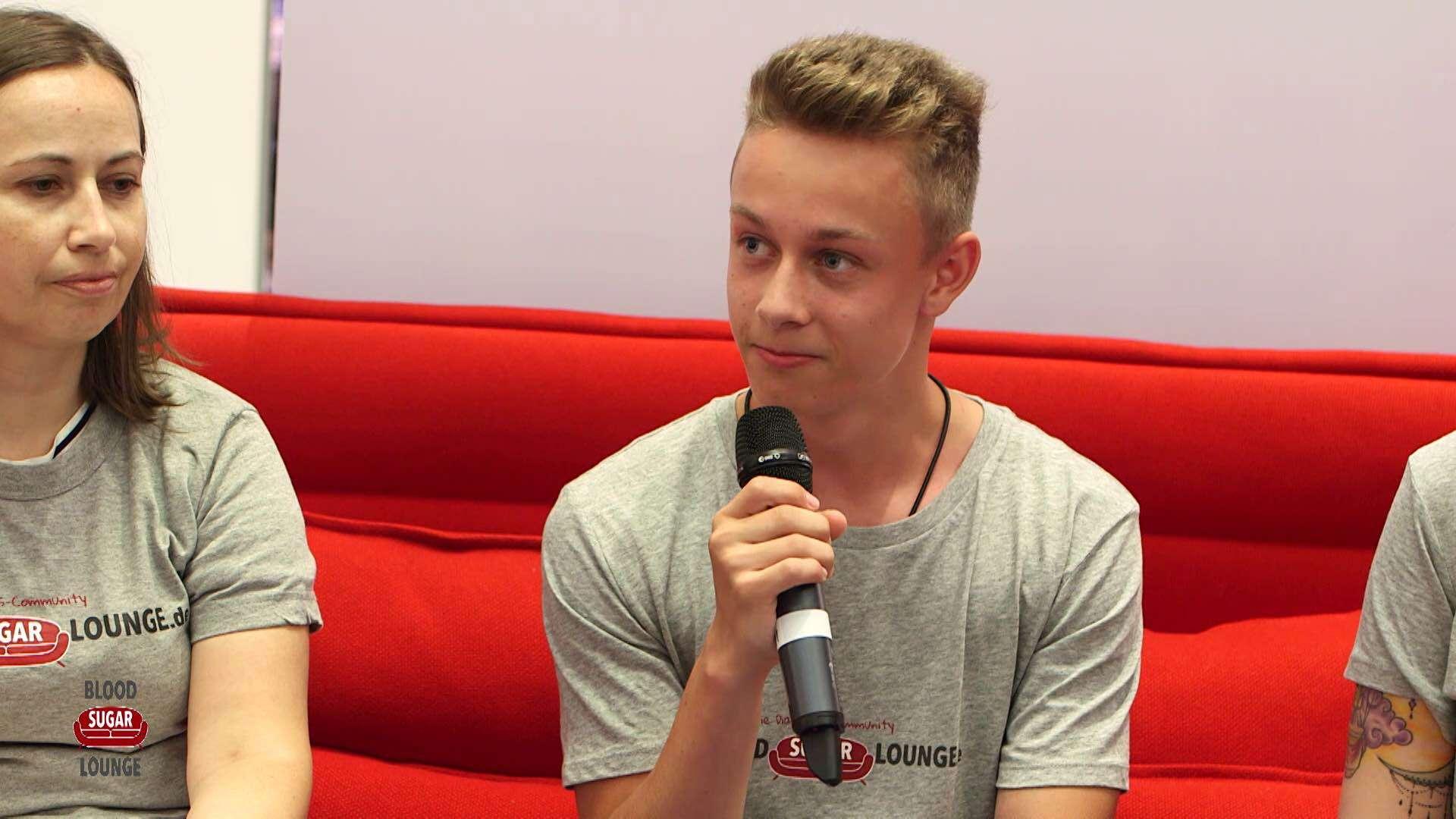 Ein junger Mensch wird auf einem Diabetes-Event interviewt