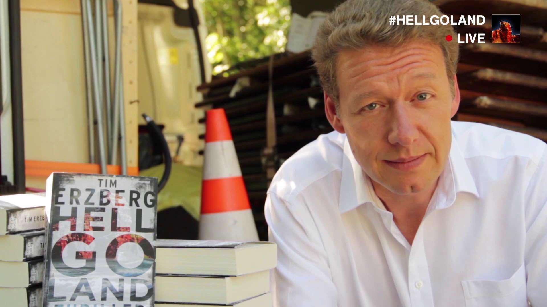 Ein Bildausschnitt aus einem Livestream von Helgoland, wo der Autor Tim Erzberg über ein Buch von sich spricht