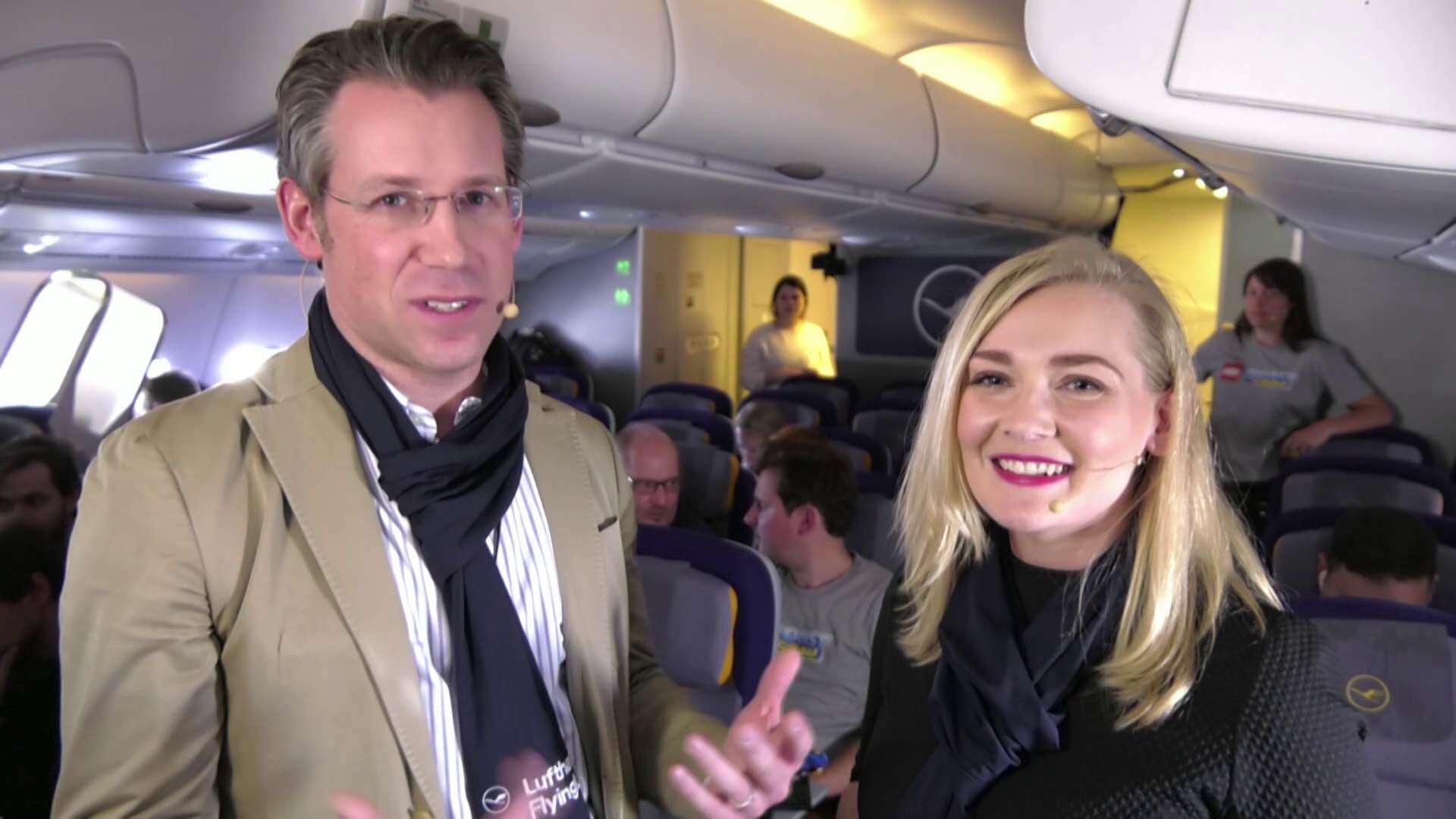 Zwei Menschen führen in einem Flugzeug ein Interview