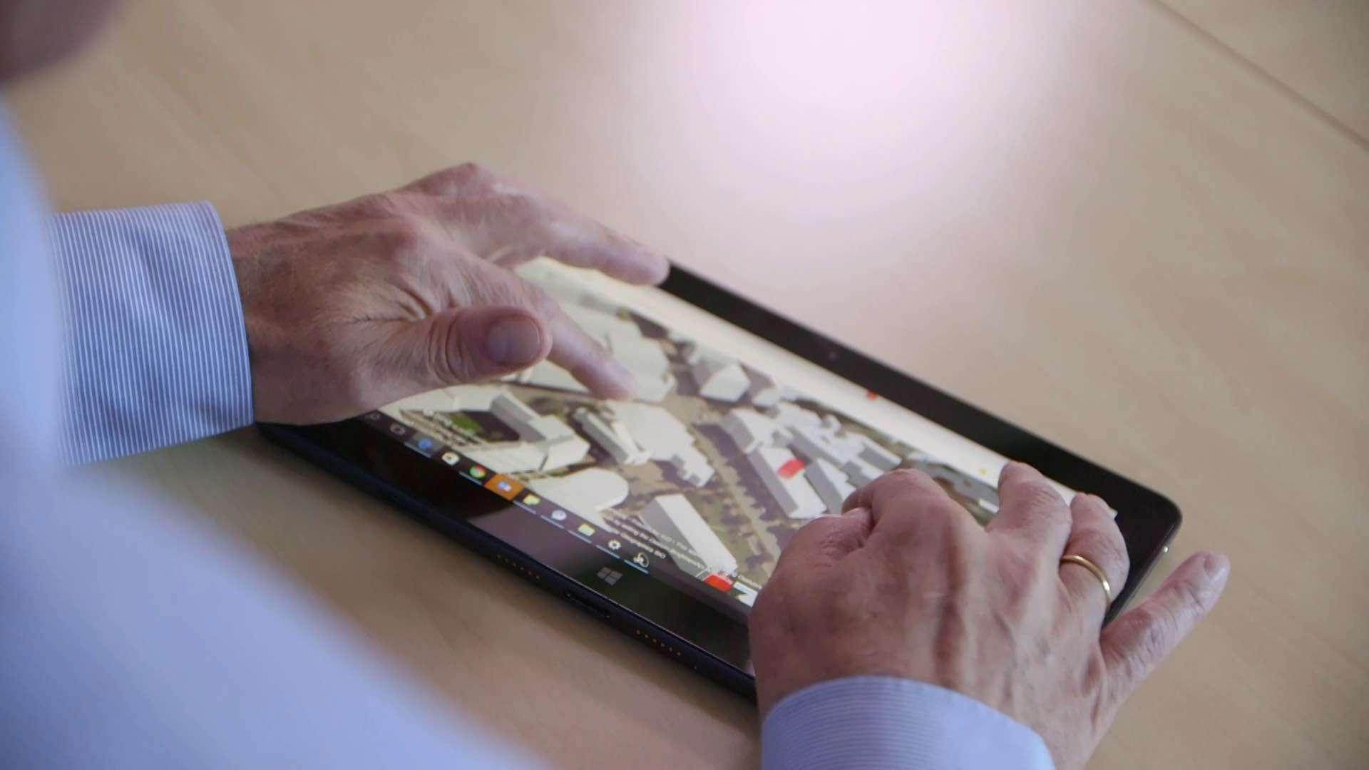 Ein Mann bedient ein Windows-Tablet